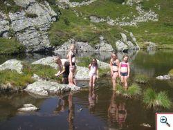 Badespaß im Gebirgssee